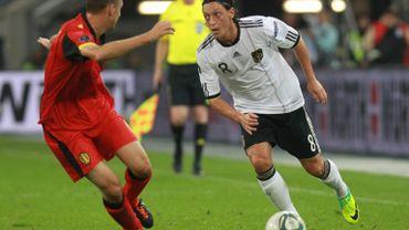 Mesut Özil face à Timmy Simons