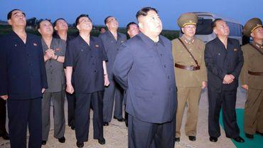 Le leader nord-coréen Kim Jong Un le 6 août 2019 observe un tir de missiles dans l'ouest de la Corée du Nord (photo publiée par l'agence officielle KCNA le 7 août 2019)