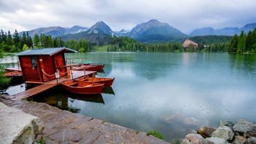 Vue du lac de Strbske Pleso dans le haut Tatras, Slovaquie