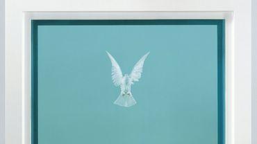 """La toile """"The Incomplete Truth"""" (2006), de Damien Hirst, représentant une colombe en vol, principal lot de la vente, a atteint 911.250 livres"""