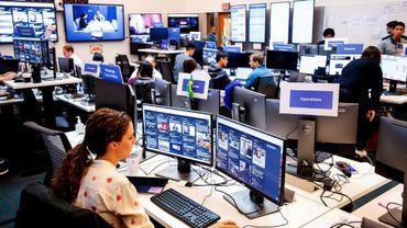 """La """"salle de crise"""" (""""war room"""") de Facebook, où se trouve une équipe spécialisée dédiée à la surveillance de toute activité douteuse, en Californie."""