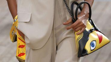Les accessoires régressifs de couleur jaune d'Akris. Collection printemps-été 2019, le 30 septembre 2018 à Paris.