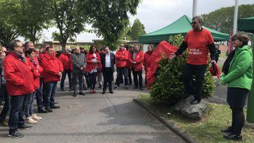 Les responsables syndicaux prennent la parole ce matin devant la prison de Lantin, en présence de candidats aux élections.