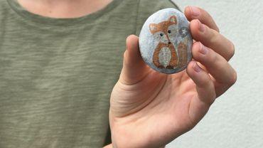 Petits et grands Poucets font la chasse aux pierres colorées