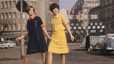 """""""Ein– und zweiteiliges Sommerkleid (Interschau in der Stadt, DDR)"""", dans la collection de photos de mode est-allemandes des années 1970."""