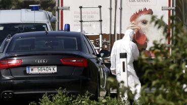 Un médecin légiste inspecte le camion réfrigéré dans lequel ont été retrouvés les corps des migrants.