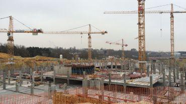 Le chantier est en cours à Louvain-la-Neuve. Le parking doit ouvrir à la mi-2016 mais, au début, il ne sera pas relié directement à l'autoroute E411.