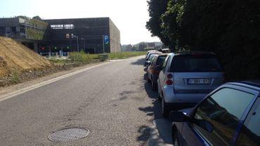 Le parking payant de Genval et la file de voiture en stationnement