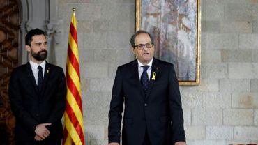 Le nouveau président catalan Quim Torra (d) prête serment à Barcelone, le 17 mai 2018