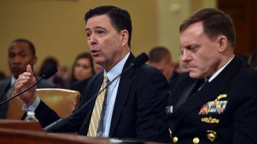 James Comey (à gauche) directeur du FBI)