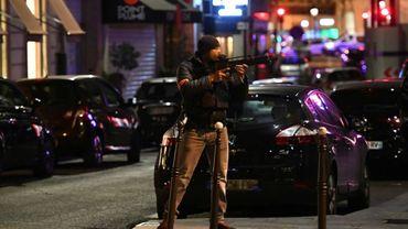 Attentat sur les Champs-Elysées: un homme en lien avec le tueur d'un policier placé en garde à vue