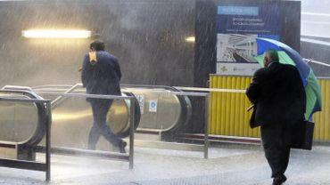 Le métro bruxellois est encore trop peu accessible pour les personnes à mobilité réduite