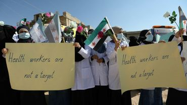 Des médecins et infirmiers manifestent à Atmé, dans la région d'Idleb, en Syrie, le 16 septembre 2018.