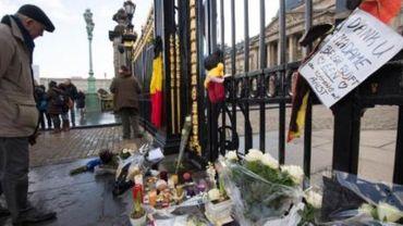 Décès de la reine Fabiola - Une cinquantaine de bouquets de fleurs déposés devant le Palais Royal
