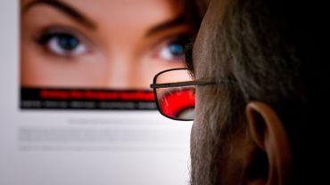 Un homme consulte le site Ashley Madison à Washington.