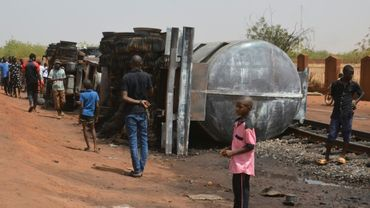 Des habitants de Niamey contemplent le 6 mai 2019 les débits calcinés d'un camion-citerne qui a explosé dans la nuit, faisant au moins 58 morts.