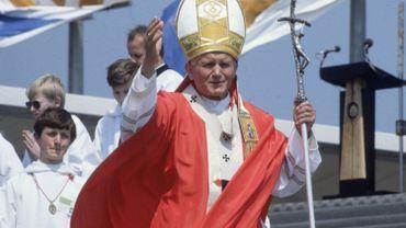 Dissimulation d'affaires pédophiles: plainte contre un cardinal proche de Jean Paul II