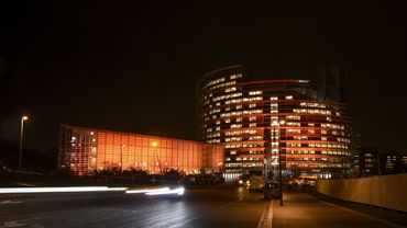"""Illumination des bâtiments du siège du Parlement européen de Strasbourg, en novembre 2019, en hommage à la campagne """"Orange your world"""" des Nations unies pour mettre fin à la violence contre les femmes et les filles."""