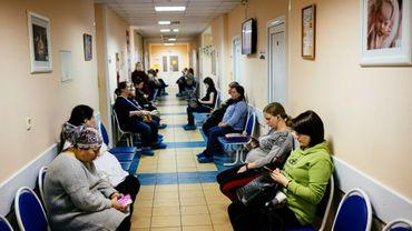 Des femmes enceintes attendent dans le couloir du centre périnatal de Balachikha, le 13 décembre 2019, dans la région de Moscou.