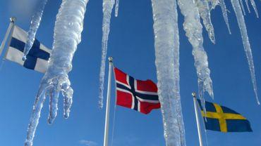 Le drapeau de la Finlande (g), aux côtés de ceux de ses voisins scandinaves, la Norvège (c) et la Suède
