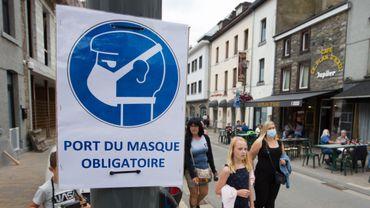 Un panneau imposant le port du masque à La Roche en Ardenne le 25 juillet 2020.
