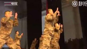 """Ces soldats célèbrent le Nouvel An chinois par une """"danse du coq"""" effrénée"""
