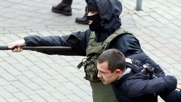 Interpellation d'un manifestant d'opposition, le 8 novembre 2020 à Minsk