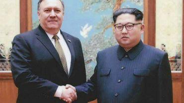 Le chef de la diplomatie américaine Mike Pompeo et le leader Kim Jong Un, le 26 avril 2018 à Pyongyang, en Corée du Nord