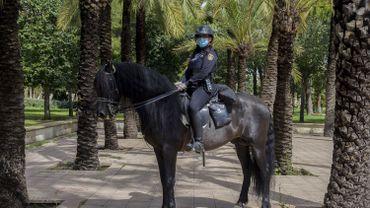 Policière à cheval, protégée par un masque, dans un parc de Valence, en Espagne, ce 27 avril