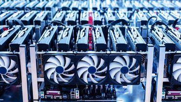 """La création de bitcoins (ou """"minage"""" dans le jargon des experts) se fait dans des """"fermes"""" contenant des milliers  d'ordinateurs qui tournent à plein régime afin d'effectuer des calculs complexes."""