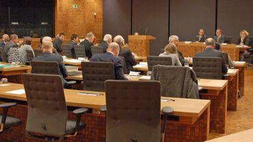 """Session plénière du """"Deutschsprachige Gemeinschaft Belgiens"""" sur le budget."""
