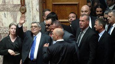 le dirigeant du parti néonazi Aube dorée Nikos Michaloliakos (bras levé) le 17 mai 2012 au Parlement à Athènes