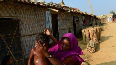 Une mère et ses enfants dans le camp de réfugiés de Kutupalong (Bangladesh), le 9 avril 2018
