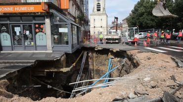 Amiens: un trou de dix mètres de large se forme en plein centre-ville