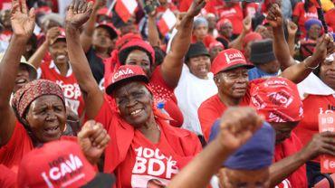Les partisans du Parti démocratique du Botswana (BDP) font un geste lors d'une campagne électorale à Mokgweetsi Masisi, président du Botswana et chef du parti BDP, village d'origine à Moshupa, le 22 octobre 2019. Les élections générales au Botswana auront lieu le 23 octobre .