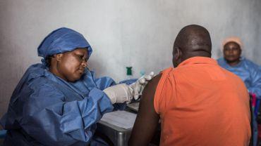 Un homme vacciné contre Ebola