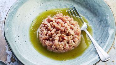 Tartare de veau à la crème de thon, eau de tomates green zebra