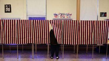 Une personne vote pour les Primaires républicaines à Cambridge, dans le Massachussetts, le 6 mars 2012