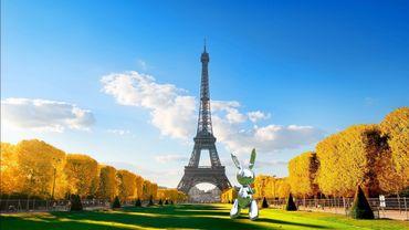 Le Rabbit de Jeff Koons prend la pose devant la Tour Eiffel à Paris