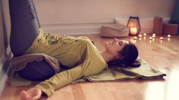 Idéal pour stimuler ses muscles pelviens, soulager le dos et les épaules et faire travailler l'ensemble du corps grâce aux exercices de respiration, le yoga est un véritable allié pour soulager les douleurs menstruelles.