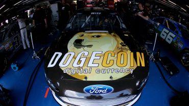 Une Ford aux couleurs de Dogecoin / Reddit.com à la NASCAR Sprint Cup Series Aaron's 499 à Talladega (Alabama, Etats-Unis), le 2 mai 2014.
