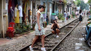 Au cœur du vieux quartier d'Hanoï, le chemin de fer construit par les Français est devenu l'une des attractions les plus en vogue pour les touristes à la recherche de photos pittoresques.