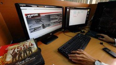 """Un employé de la société Emobi Games travaille sur le jeu """"7554"""", le 15 décembre 2011 à Hanoï."""