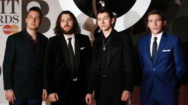 (De gauche à droite) Matt Helders, Nick O'Malley, le chanteur Alex Turner et Jamie Cook du groupe Arctic Monkeys aux BRIT Awards 2014.