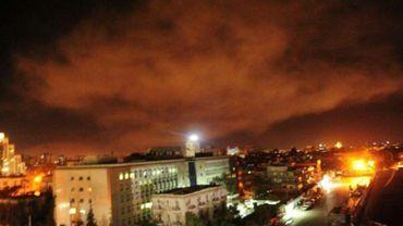 Une photo publiée sur le compte Twitter du Central military media du gouvernement syrien montre une explosion dans les environs de Damas après des frappes occidentales annoncées par Washington contre des cibles en Syrie, le 14 avril 2018