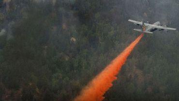 Un C130 arrose l'incendie