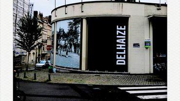 Le nouvel aspect de la façade du Delhaize de la rue de Hennin à Ixelles.