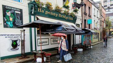 Un pub fermé dans une rue presque déserte de Dublin, le 19 octobre 2020 en Irlande