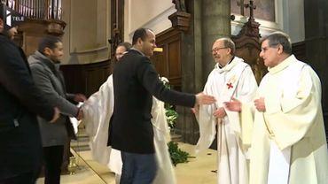 En guise de remerciement et en signe de fraternité, le prêtre a terminé sa prière en remettant aux représentants musulmans la lumière de Bethléem, symbole de paix.