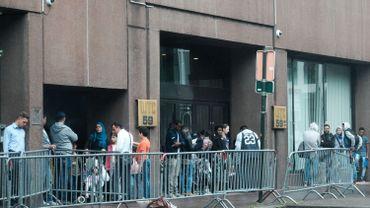 Des migrants attendent devant le WTC, non loin du Parc Maximilien.